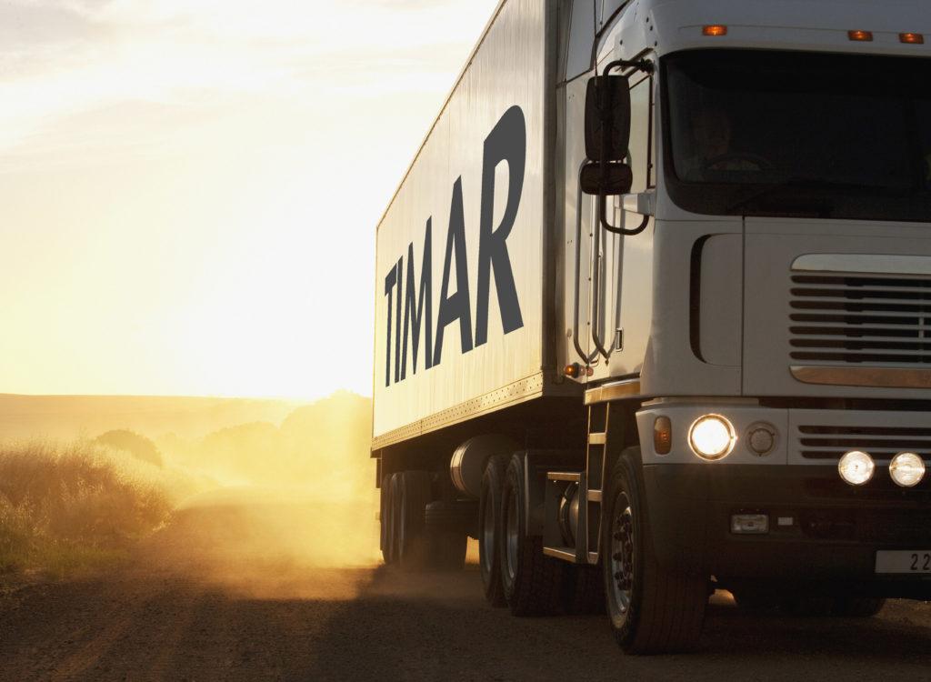 Conduite de semi-camion sur un chemin de terre poussiéreux