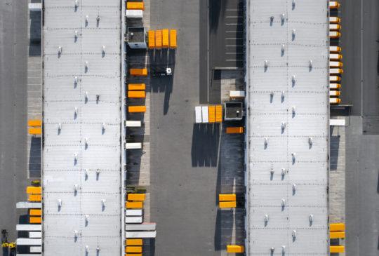 Parking du bâtiment logistique de distribution - vue aérienne